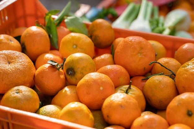 Stojak z pomarańczami w koszu na targu w pollensa w palma de mallorca hiszpania
