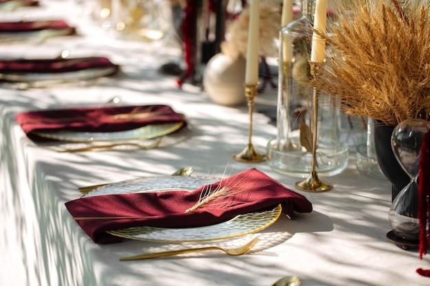 Stół bankietowy natura na zewnątrz zestaw ze świecami