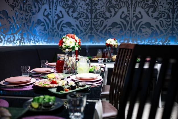 Stół bankietowy z jedzeniem i napojami