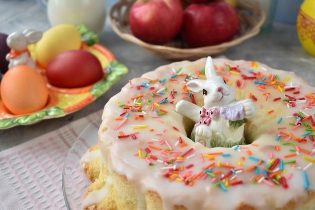 Stół biesiadny z ciastami i pisankami.
