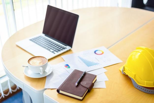 Stół biurkowy do pracy z laptopem