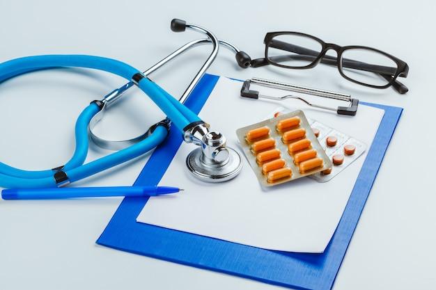 Stół biurkowy lekarz ze stetoskopem