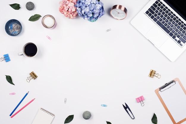 Stół biurowy. stacjonarny na białym tle. płaskie leżało. widok z góry.