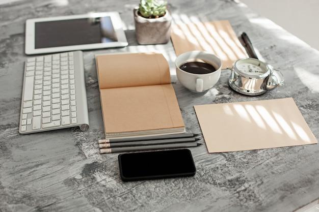 Stół biurowy z komputerem, materiałami eksploatacyjnymi i telefonem