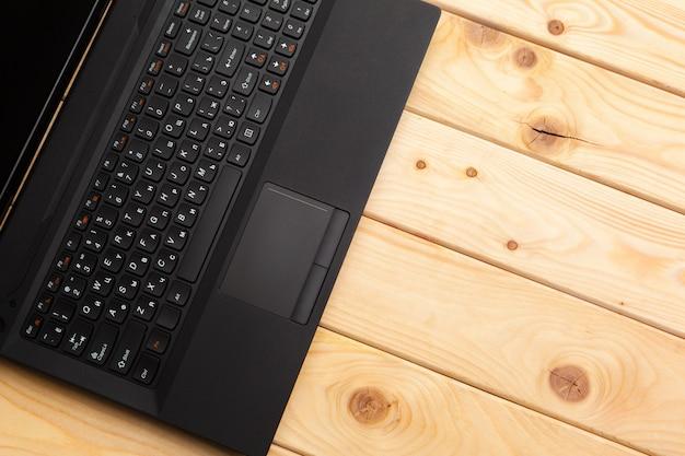 Stół biurowy z laptopem