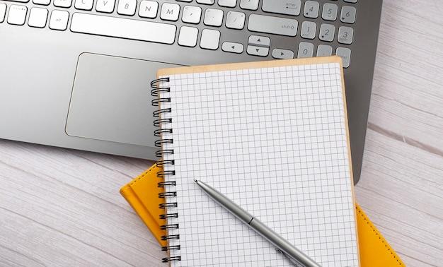 Stół biurowy z pustym notatnikiem i laptopem, koncepcja biznesowa