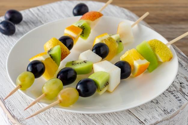 Stół cateringowy z canape sałatka owocowa. przystawka do przekąsek.
