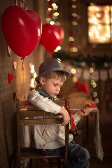 Stół chłopiec w kawiarni, koncepcja walentynki