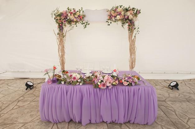Stół dla nowożeńców. namiot.