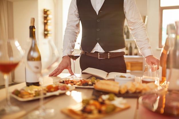 Stół do degustacji wina
