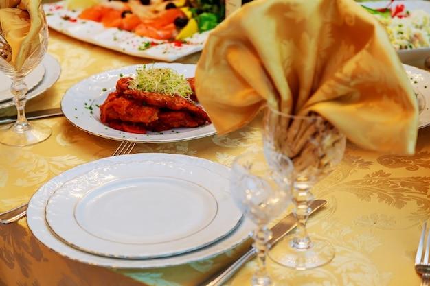 Stół do dekoracji uroczystości z jedzeniem i piciem
