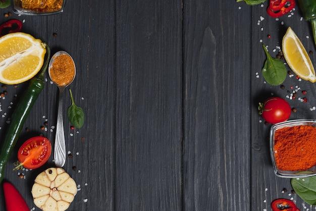 Stół do gotowania. tło z przyprawami i warzywami. widok z góry.