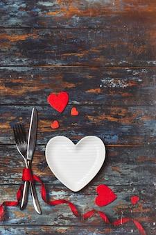 Stół do jadalni. koncepcja miłości na walentynki. dzień walentyna. miłość. walentynki kartkę z życzeniami.