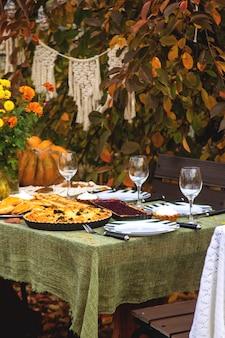 Stół do jadalni na rodzinne wakacje na podwórku jesienią.