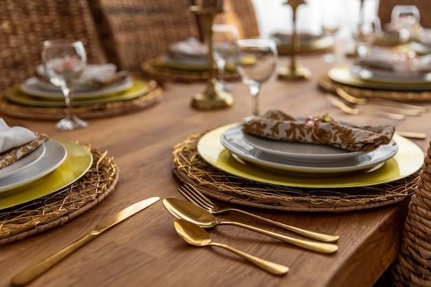 Stół do jadalni z bliska ze szczegółami talerzy
