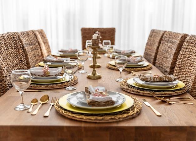 Stół do jadalni z talerzami