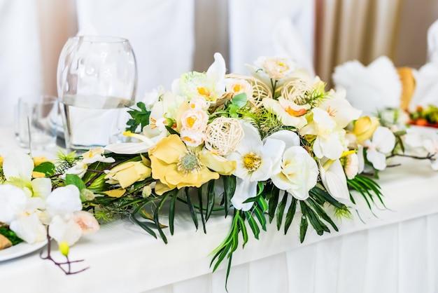 Stół do jedzenia ozdobiony kwiatami