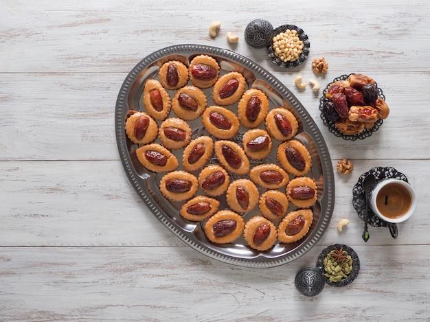Stół do jedzenia ramadan. eid dates słodycze na białym drewnianym stole