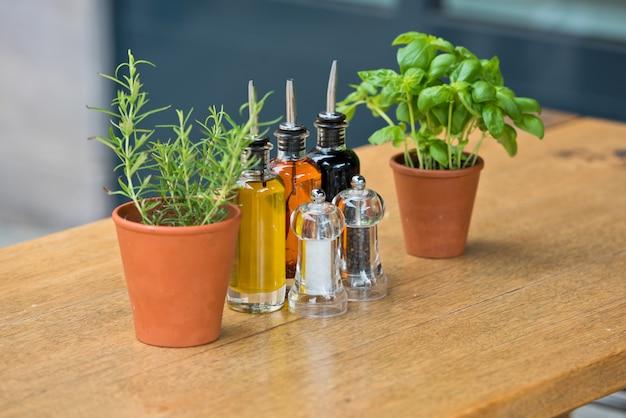 Stół do kawiarni z ziołami i przyprawami