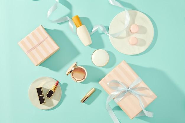 Stół do makijażu z podkładem, różem, pędzlami, szminką i pudełkiem upominkowym do wnętrz