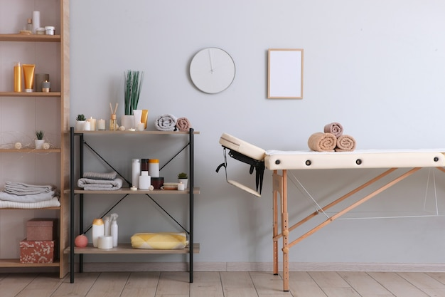 Stół do masażu we wnętrzu nowoczesnego centrum wellness