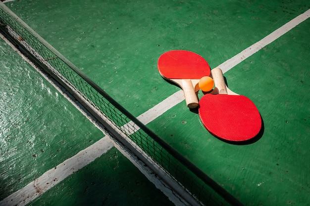 Stół do ping-ponga, rakieta i gra w piłkę w przyrodzie