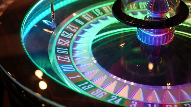 Stół do ruletki w stylu francuskim, gra na pieniądze w las vegas, usa. kołowrotek, sektory czarny i czerwony