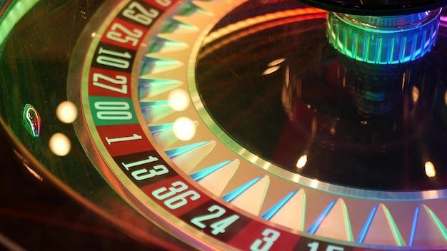 Stół do ruletki w stylu francuskim na pieniądze w las vegas, usa. obracające się koło z czarnymi i czerwonymi sektorami do ryzykownej gry losowej.