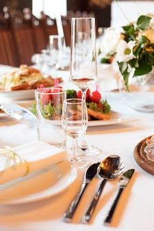 Stół do serwowania przygotowany na przyjęcie okolicznościowe lub wesele