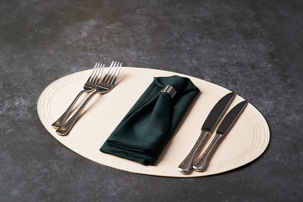 Stół do serwowania z nożami do serwetek i sztućców oraz widelcem.