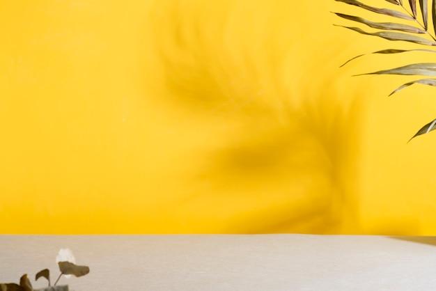 Stół duotone yellow grey z cieniami palmowymi. modne kolory 2021.