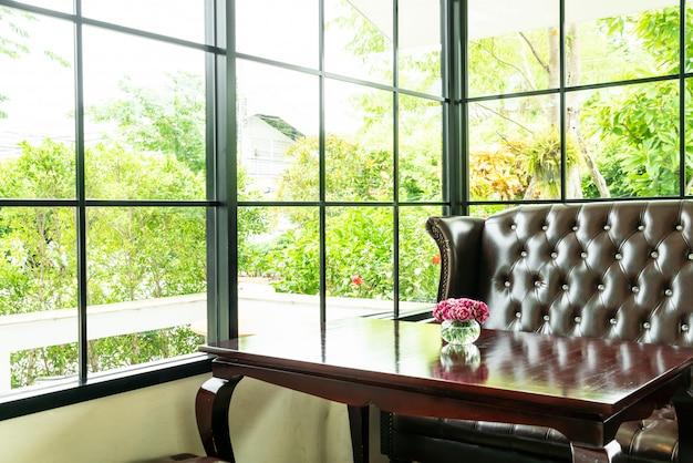 Stół i kanapa w restauracji kawiarni