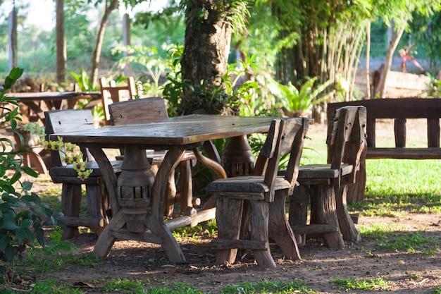 Stół i krzesła na trawniku.