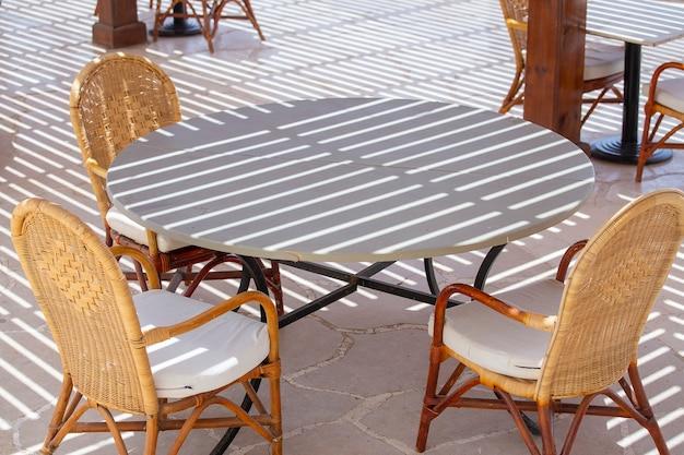 Stół i krzesła w kawiarni na plaży nad morzem czerwonym w sharm el sheikh, egipt, z bliska