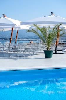 Stół i krzesła z parasolem w kawiarni na plaży nad brzegiem morza w batumi w gruzji. batumi jest jednym z najczęściej odwiedzanych miejsc turystycznych w gruzji.