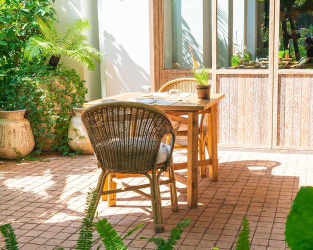 Stół i krzesło ogrodowe na zewnątrz lub stół do jadalni na świeżym powietrzu