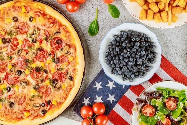 Stół imprezowy z okazji dnia weteranów z pysznym jedzeniem na amerykańskie wakacje.