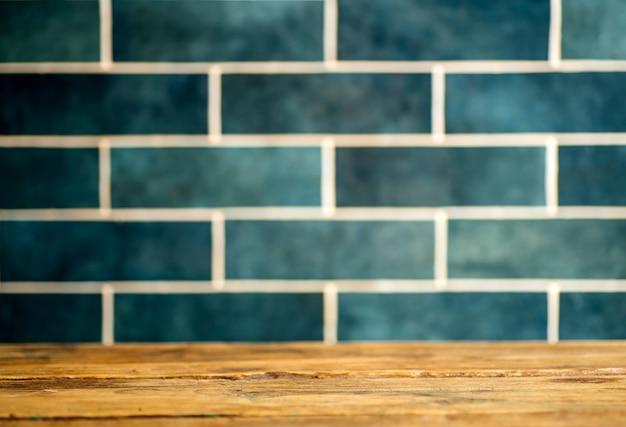 Stół kuchenny w tle. domowa kuchnia vintage z płytkami ceramicznymi. gotowanie domowych potraw i potraw