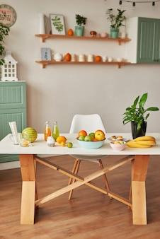 Stół kuchenny z owocami i sokami