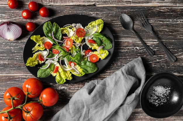 Stół kuchenny z pomidorkami cherry i liśćmi