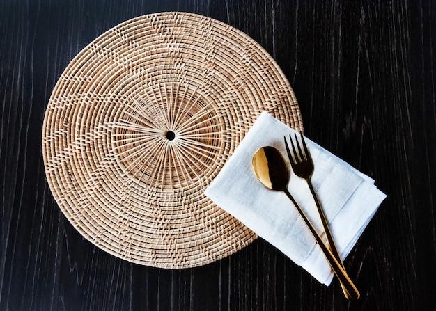 Stół kuchenny z widelcem, serwetką i łyżką