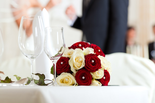Stół na uczcie weselnej