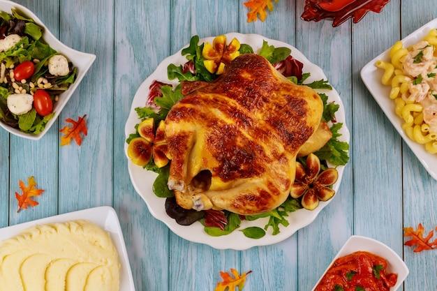 Stół obiadowy na święto dziękczynienia. indyk, kurczak, dodatki widok z góry