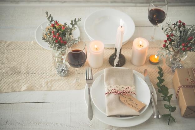 Stół obiadowy ozdobiony świątecznymi atrybutami