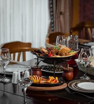 Stół obiadowy z narodowym sac ichi i potrawami.
