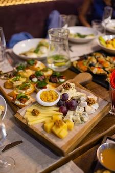 Stół obiadowy z przekąskami ozdobiony pięknymi letnimi kwiatami. jedzenie tabela zdrowe pyszne jedzenie ekologiczne koncepcja. czekam na gościa.