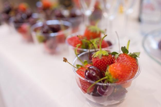 Stół obiadowy z przekąskami ozdobiony pięknymi letnimi kwiatami. jedzenie tabela zdrowy pyszny ekologiczny posiłek koncepcja. czekam na gościa.