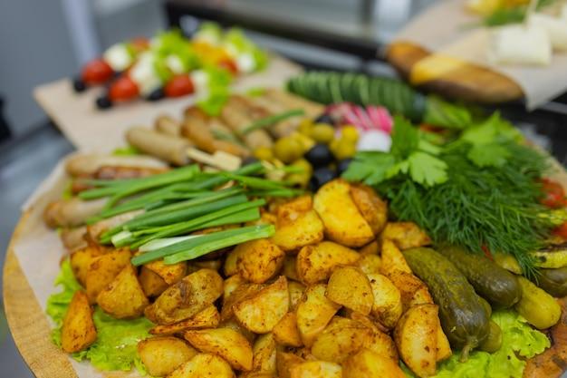Stół obiadowy z przekąskami ozdobiony pięknymi letnimi kwiatami stół spożywczy zdrowy pyszny organ...