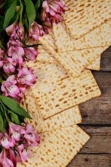 Stół paschalny z macą i kwiatami. święto żydowskie.