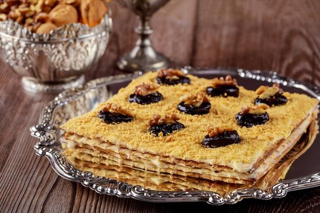 Stół paschalny z macą, suszonymi śliwkami i orzechami włoskimi. święto żydowskie.